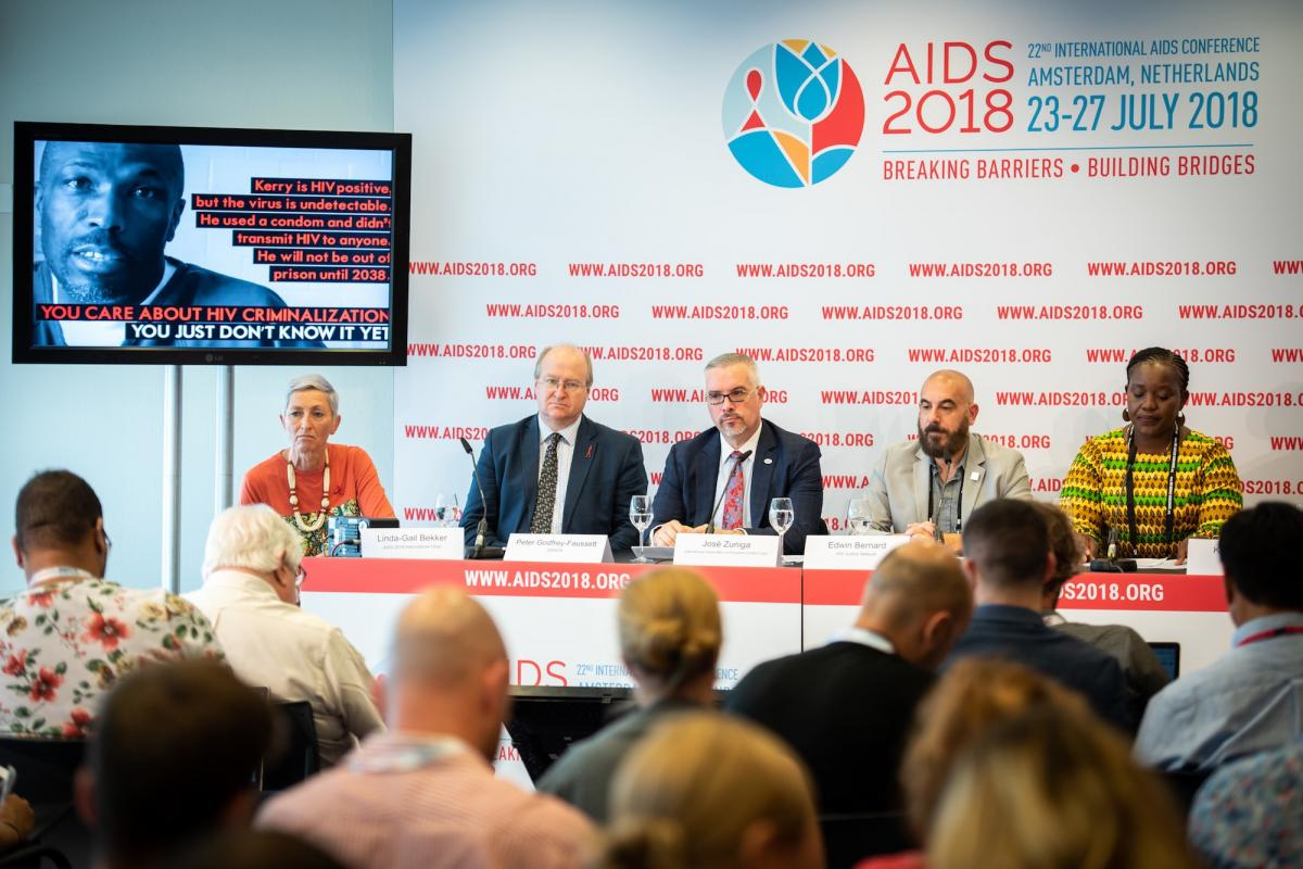 La conférence de presse du Journal de l'IAS, de gauche à droite : En photo, Kerry Thomas; Linda-Gail Bekker, co-présidente Aids 2018; Peter Godfrey-Faussett, Conseiller scientifique Onusida; José Zuniga, International Association of Providers of AIDS Care; Edwin Bernard, HIV Justice Network; Sarai-Chisala Tempelhoff, Association des femmes avocates, Malawi.
